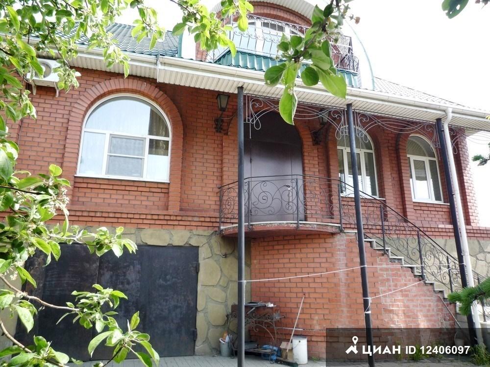 Дом находится в центре ленинского района,тихий и спокойный район.