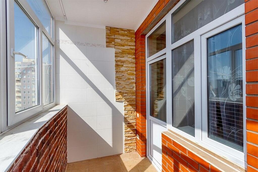 Что больше балкон или лоджия..