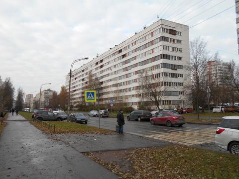 Продам очень теплую двухкомнатную квартиру м. Озерки ул. Кустодиева 2 - Фото 1