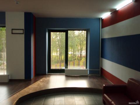 Общая площадь 50 м2. Стены оштукатурены, оклеены стеклообоями - Фото 2