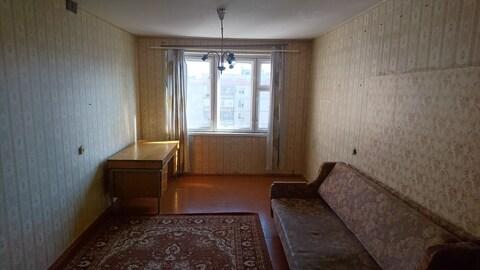 Большая комната в трехкомнатной квартире - Фото 1