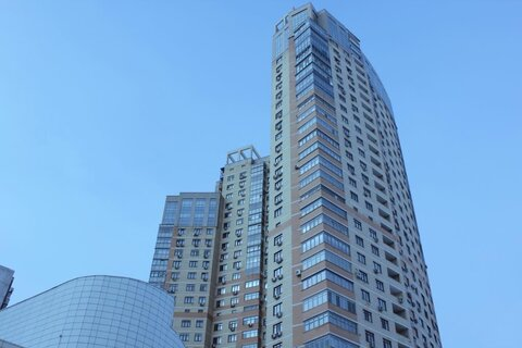 Трехкомнатная квартира с дизайнерским ремонтом продается свободной - Фото 1
