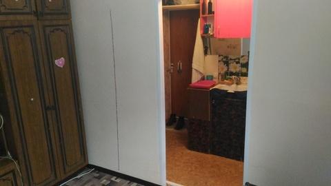Комната разделена на зал и прихожую - кухню. - Фото 2