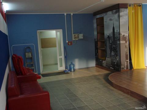 Общая площадь 50 м2. Стены оштукатурены, оклеены стеклообоями - Фото 3