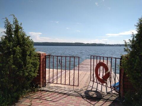 Дом на берегу залива реки. - Фото 1