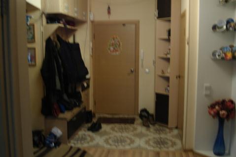 Первый этаж высокий , т.к. в доме подземный гараж. Дому 11 лет. Окна . - Фото 2