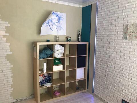 Небольшая, уютная комната с интересным, качественным евроремонтом - Фото 4