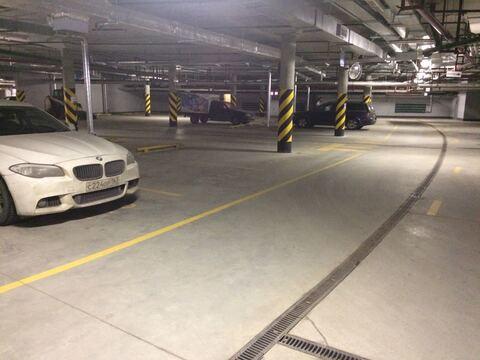 Хорошее машиноместо в подземном паркинге в элитном комплексе Риверсайд - Фото 1