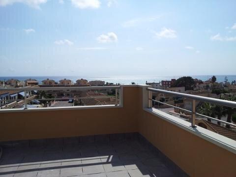 Дом с видом на море и собственным бассейном на участке в Торревьехе - Фото 1
