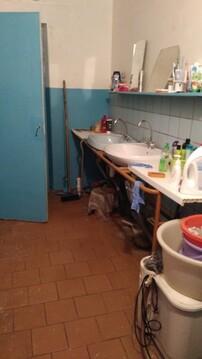 В квартире 8 комнат. Туалет на 2 семьи, душевая тоже.С мебелью (шкаф, . - Фото 2
