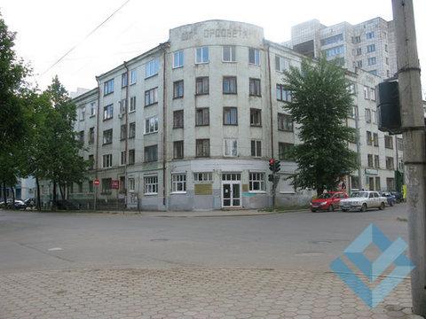 """В центре города в """"Сталинском доме"""" с закрытым двором - Фото 1"""