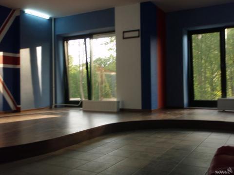 Общая площадь 50 м2. Стены оштукатурены, оклеены стеклообоями - Фото 4