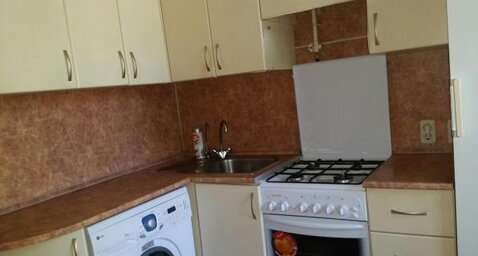 Сдаётся квартира, чистая с мебелью 2000-х годов. Встроенный кухонный . - Фото 1
