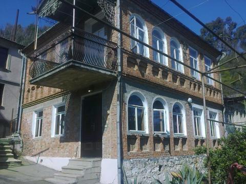Абхазия. Сухум. 2-х этажный кирпичный дом в готическом стиле. 6 соток. - Фото 1