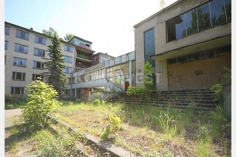 Здание бывшего санатория в Юрмале в Булдури возле парка - Фото 2