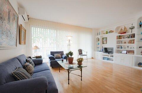 Продаётся просторная квартира у моря в Барселоне.