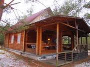 В лесном массиве, крайний к лесу, расположен бревенчатый дом - Фото 1