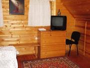 В лесном массиве, крайний к лесу, расположен бревенчатый дом - Фото 4