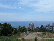В центре города Ялта, хороший подъезд, вид, ровный рельеф.
